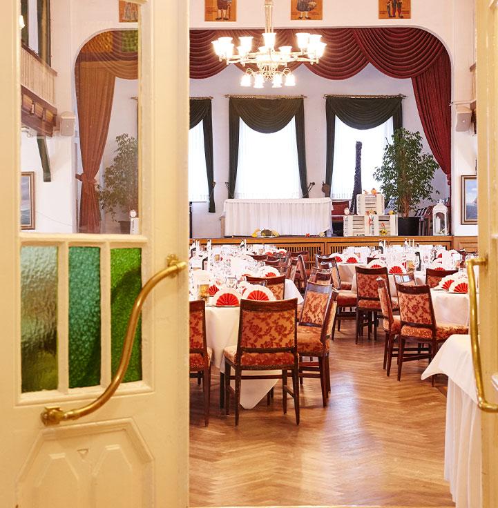 Räume-für-Feiern-im-Fährhaus-Kirschenland-Saal-mit-Galerie